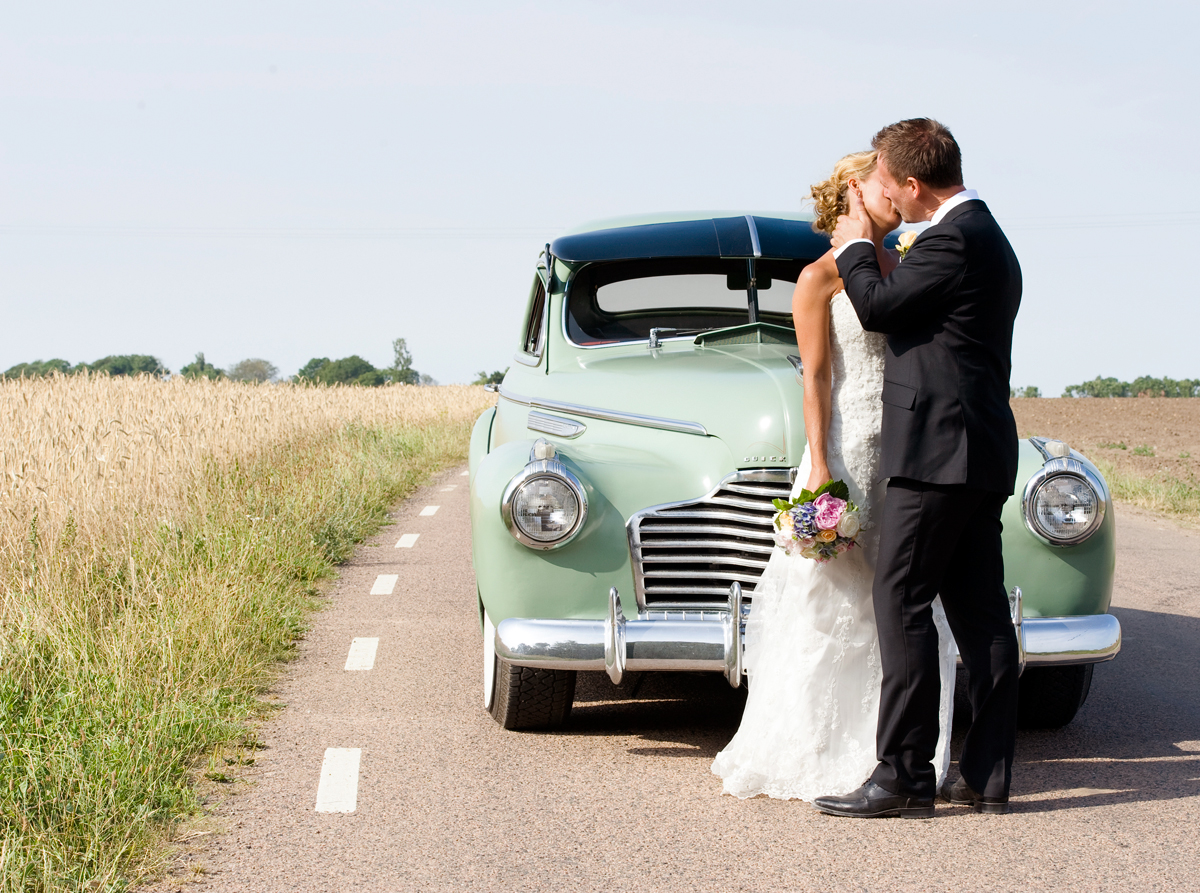kissing on the road